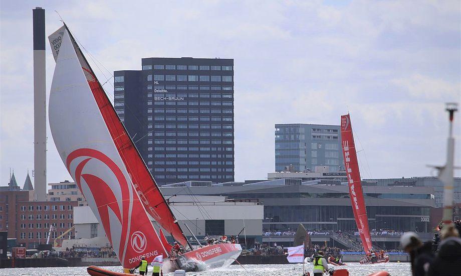 Dongfeng førte med 3 minutter og 40 sekunder, efter de forlod Aarhus Havn. Der blev klappet meget, da bådene kom forbi. Foto: Troels Lykke