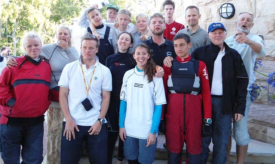 Der er 18 danske sejlere til VM i Yngling i Sydney, til højre står træner Finn Beton Jensen. Foto: Sandeep Sander