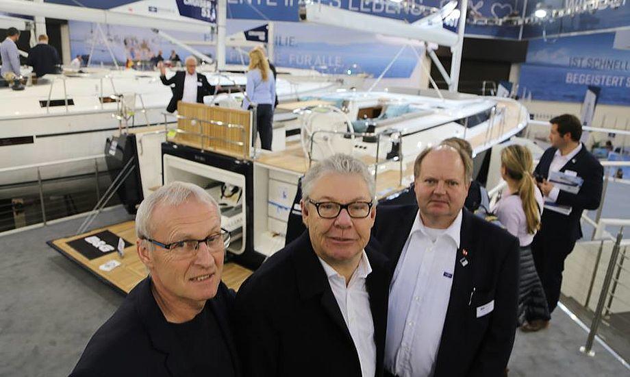 Henrik Lund, Jens Meyer og Niels Nielsen fra Dansk Marine Center ses her foran den nye Bavaria 57, der koster fra 3,6 mio. kroner. Foto: Troels Lykke