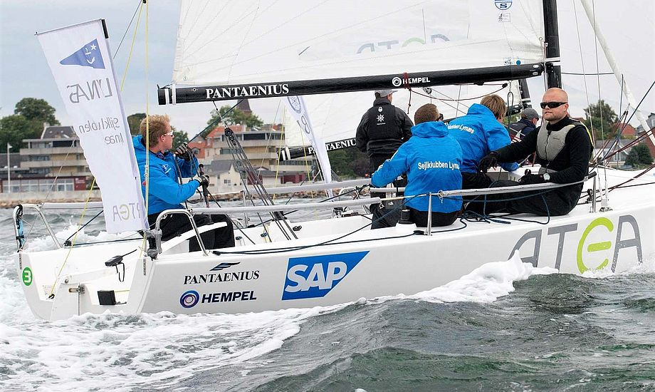 Den mest markante nyskabelse i den nye sæson bliver på det visuelle, hvor alle 36 teams i de to divisioner sejler i nye bibs med individuelle farver og holdnavne. Foto: Dansk Sejlunion/Flemming Ø. Pedersen