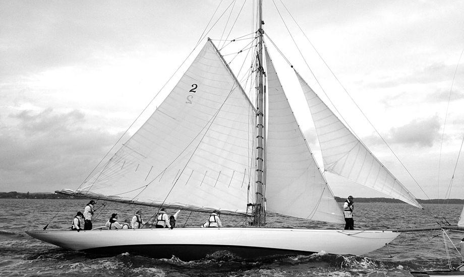 Kalenderen sagde 1903, da den smukke, 63 fods britiske gaffelrigger, Kelpie, blev søsat. I weekenden skabte den øjefryd og respekt i Svendborg Classic Regatta. Foto: Søren Stidsholt Nielsen.