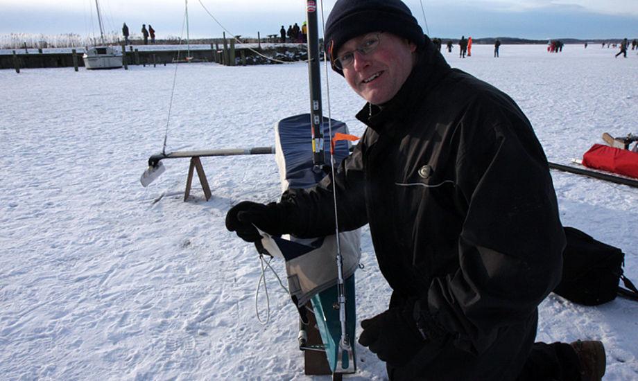 Thomas Ebler ved sin båd i dag ved Arresø. Han producerer master til klassen. Sejlene er HR-sejl fra Horsens. Båden er tre år gammel, men han har ti sæt skøjter til båden. Foto: Troels Lykke