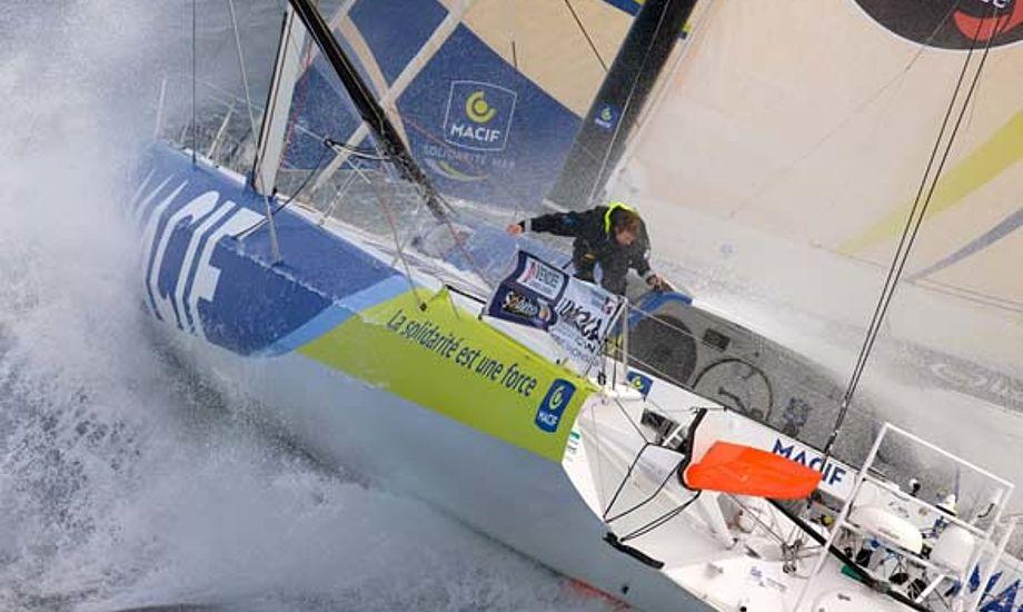 Francois Gabart fører Vendee Globe og har 11.438 sømil til mål i Frankrig.