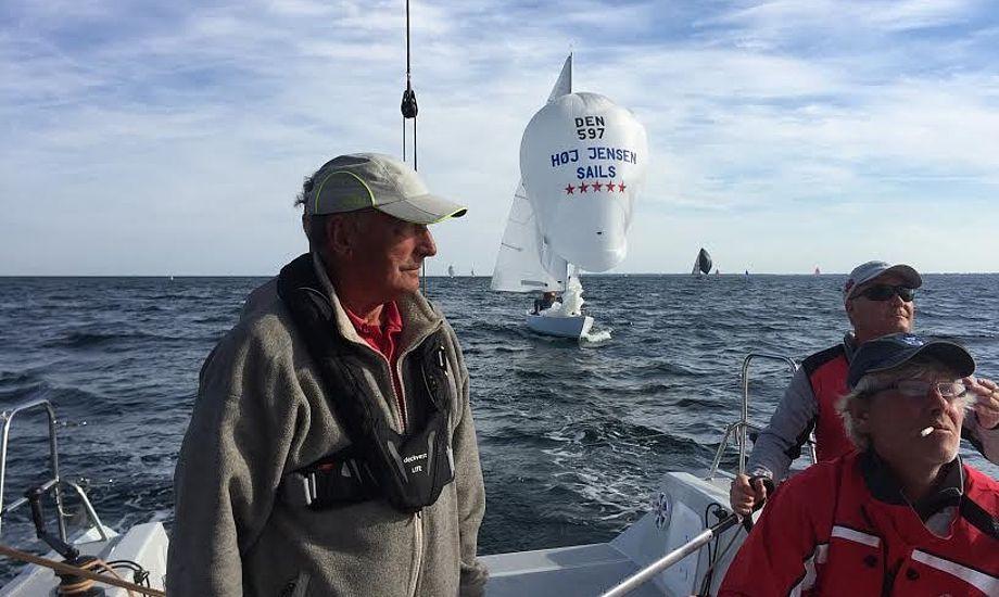 Steen Christensen fra John Mast, th., styrede sejr hjem i Køge. Hans Andersen ses til venstre, mens den storrygende Jan Larsen trimmer spiler. H-båden med Jesper Andersen ses i baggrunden.
