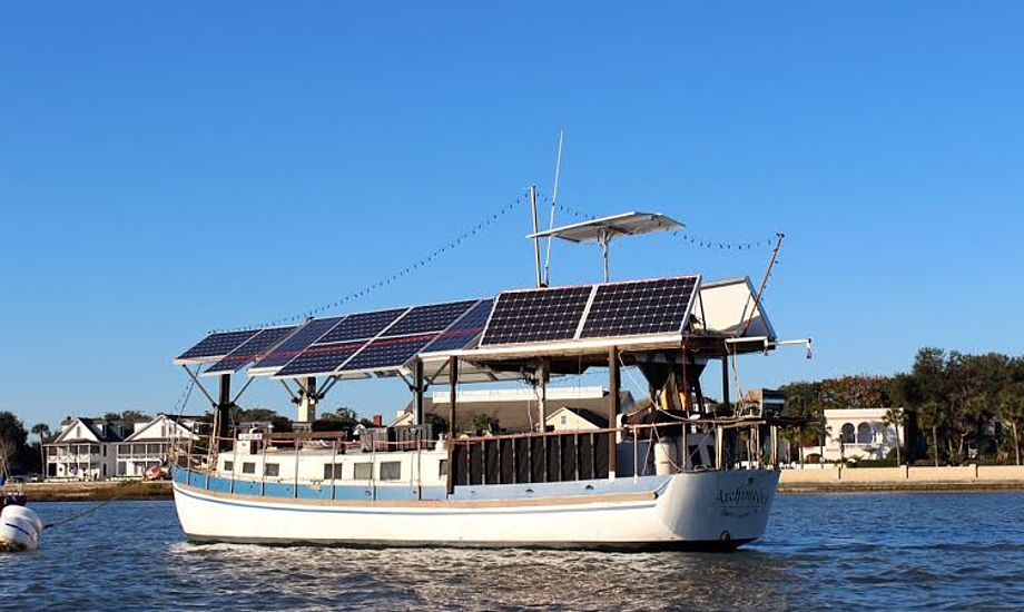 Denne båd er the talk of town i St. Augustine. Han sejler med en elektrisk motor – og pynter endda båden med masser af julelys! Fotos: Signe Storr