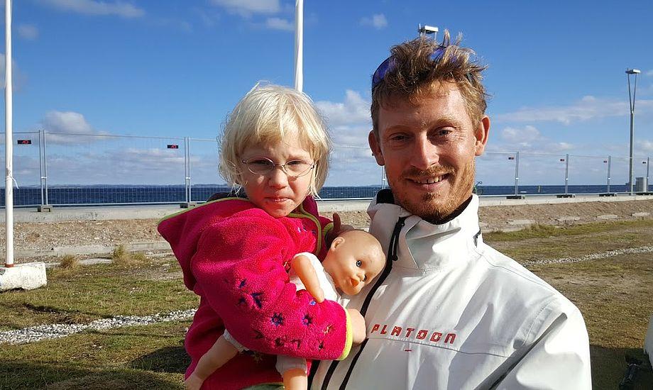 Prof-sejler Martin Kirketerp står her med datteren Freja. Nu sejler Kirketerp også på Warrers M32er. De to vandt OL-guld i 2008 på 49er. Foto: Troels Lykke