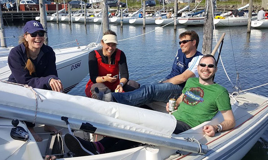 Fra venstre: Mia Krogh, Ninna Precht, Thomas Sennels og Thomas Hannibal i Amtoft. De vejer præcist 300 kilo tilsammen, som er lovligt i H-båds klassen. Foto: Troels Lykke