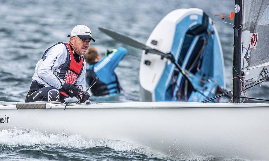 Henrik Mikkelsen i DEN 258 sluttede af med en 18. plads i sidste sejlads. En placering, der samtidig blev hans bedste under DM. Foto: Dansk Finnjolle Klub