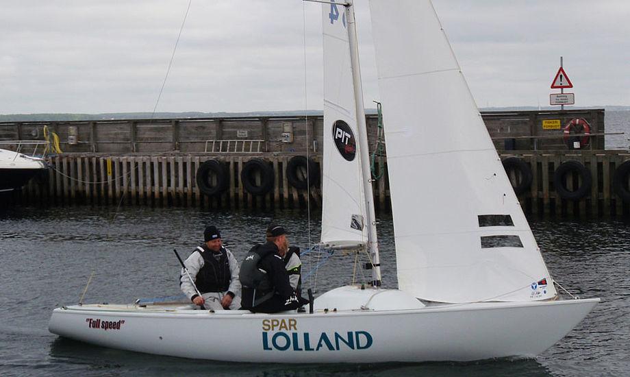 Fra skrot til slot. Båden, som Claus Høj Jensen her sejler i, ligner næsten en hel ny Yngling efter den er malet. Foto: Anja Dahl Hansen