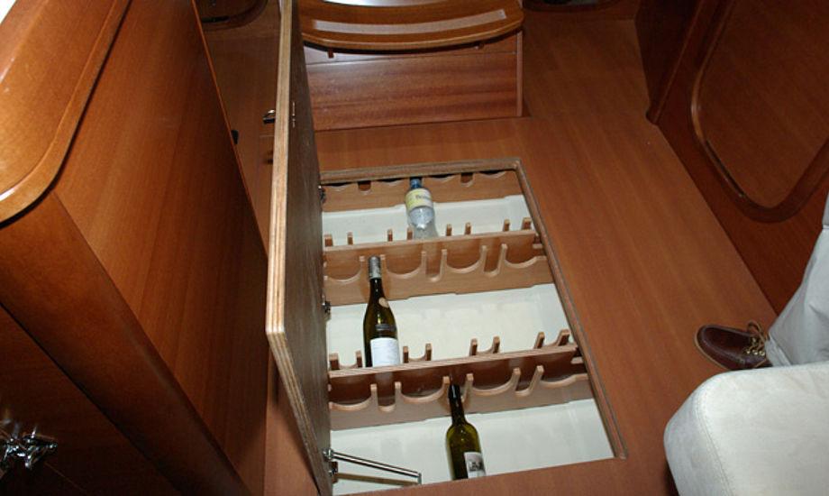 Her ligger vinen svalt og godt beskyttet på Dufour 405. Foto: Troels Lykke