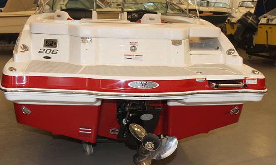 Den 21 fods Chaparral 206 med rød-brune farver kan let trailes. En ny trailer koster cirka 40.000 kroner. Foto: Troels Lykke