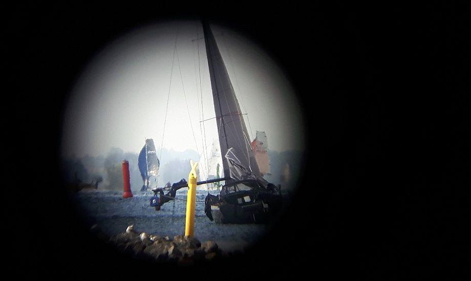 Billedet af den tyske skipper hængende i bommen på 'Goldensnatch' er taget med en Samsung S5-mobiltelefon gennem en kraftig kikkert på 32 x 110. Den var opstillet i dommertårnet, hvorfor det er muligt at se det nordre stenrev. Foto: Lars Bræstrup