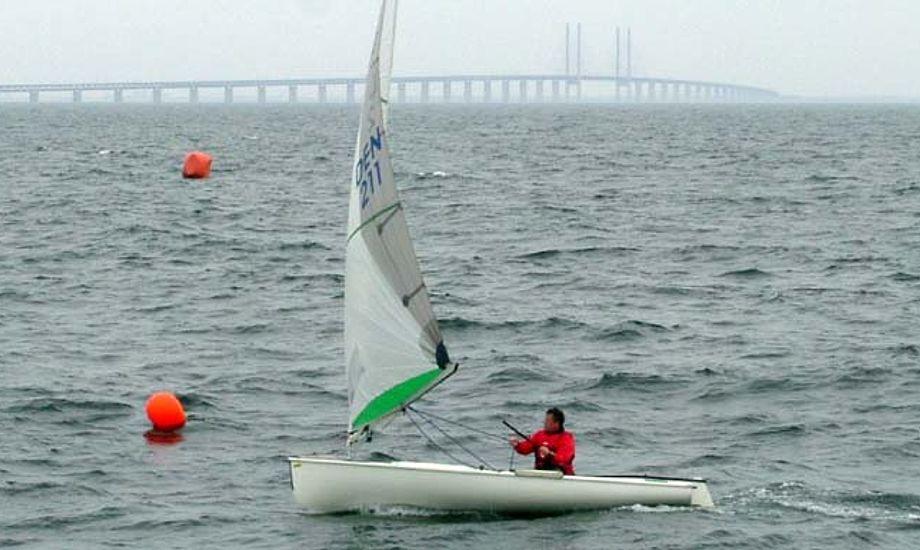 Sejlet er et Quantum-sejl, som Michael Staal sejler med her i maj 2006. Det er altså ikke Høgh-Christensens sejl. Foto: Finnjolle.dk