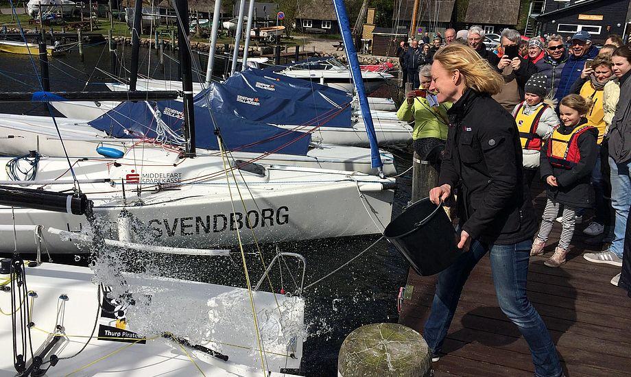 Line Markert, formand for Dansk Sejlunion, døber Thurø Sejlklub's 3'ere J70'ere og afslører klubbens sejlsportsliga's holds Team navn, Thurø Piates. PR-foto