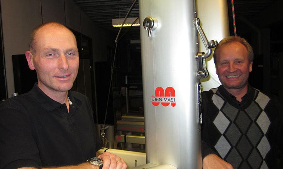 Morten Mathiesen, tv., står her med sin chef hos John Mast i Greve, Steen Christensen på jubilæumsdagen. Foto: Troels Lykke