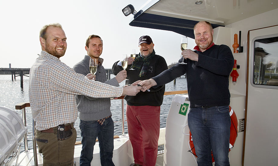Fra Thomas G. Larsen og Skipper Mark Hansen får her nøglerne udleveret af Reese Marin Aabenraa  med bådforehandler Henrik Reese og Servicechef Michael Hohmann.