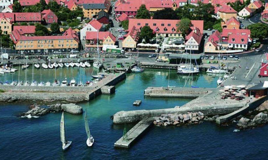 Svaneke Havn har en snæver indsejling og bølgerne kan blive enorme foran den idylliske by.