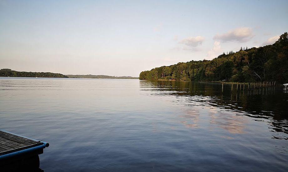 Hverken barnet eller konen var i stand til at styre båden, og dermed var manden overladt til sig selv på den store Julsø. Foto: Troels Lykke