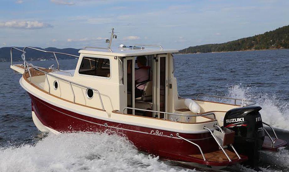 Leidi 600 sejler bedst i langsom fart. Den er svær at få op at plane og virker tung at sejle i høj fart. Foto: Troels Lykke