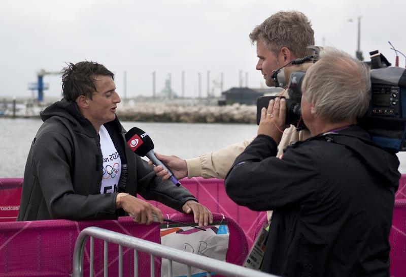 Når der er OL er pressedækningen i top, især hvis sejlerne leverer vare. Her er RS:X-surfer Sebastian Fleischer midt i et interview med DR i Weymouth. Foto: Flemming Ø. Pedersen/Dansk Sejlunion