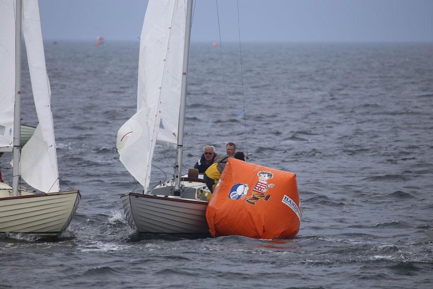 Sidste år blev DM i Folkebåd sejlet i Kragenæs på Lolland. Det kan Johnny fra Doyle Sails, th., godt huske... Foto: Troels Lykke