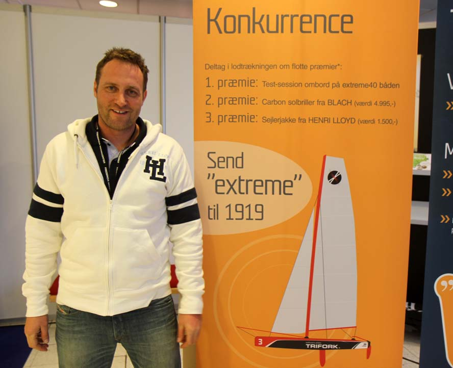 Jes Gram-Hansen i Fredericia, hvor han inviterer til en konkurrence om solbriller til 5000 kr. i kulfiber. Foto: Troels Lykke