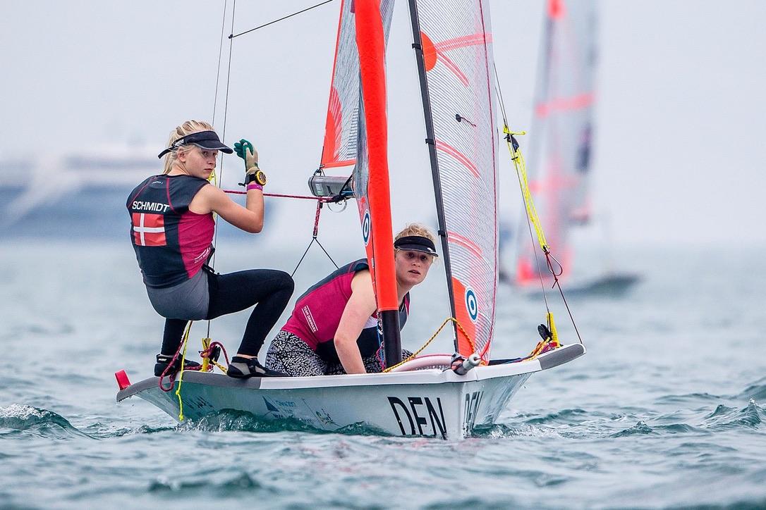 Johanne og Katrine Schmidt fra Kaløvig havde en god første dag i kinesiske Sanya. Foto: Sailing Energy