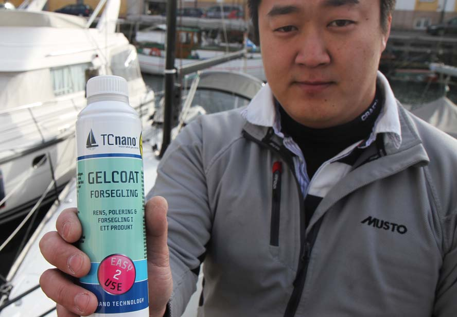 Rune Neuman viser TC nano flaske frem til 249 kr. Den skulle række til en 32 fods sejlbåd. Foto: Troels Lykke