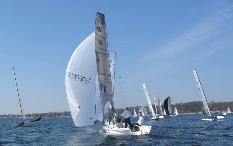 Der var både overalt på den lille bane, hvor A-Cat sejlerne fløj om ørene på alle bådene. Foto: Troels Lykke