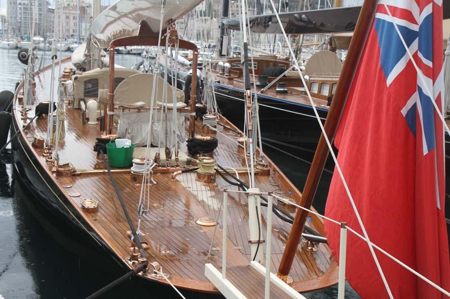 Det er en fornøjelse at gå i Cannes og se på gamle sejlbåde, der kronisk passes af folk. Foto: Troels Lykke