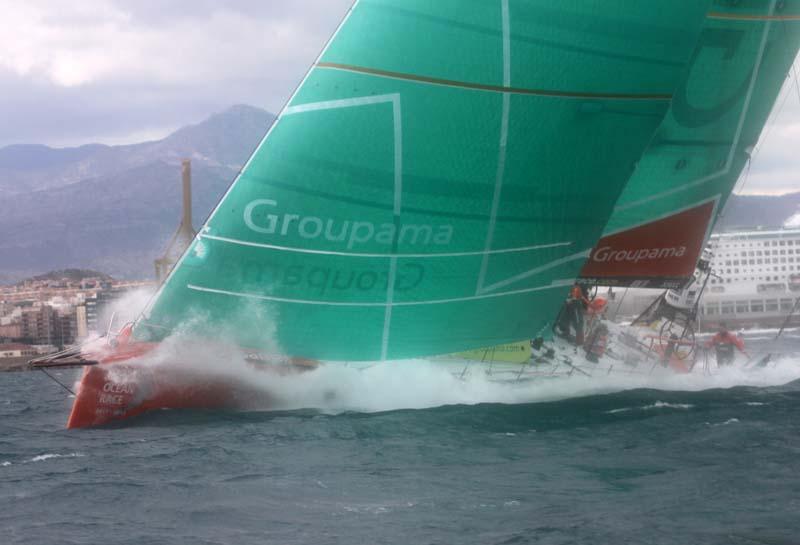 Her sejler Groupama fra starten i Alicante, men lige nu sejler båden kun 11,4 knob, mens den førende båd, Puma, sejler 17,6. Foto: Troels Lykke