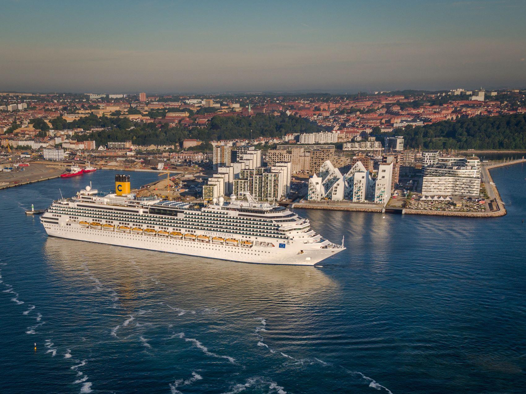 Krydstogtrekorden i Aarhus har lige slået sig selv – helt uventet lægger endnu et skib i dag til havn i byen, der ellers for længst har pillet dette års krydstogtkalender ned. Om VisitAarhus