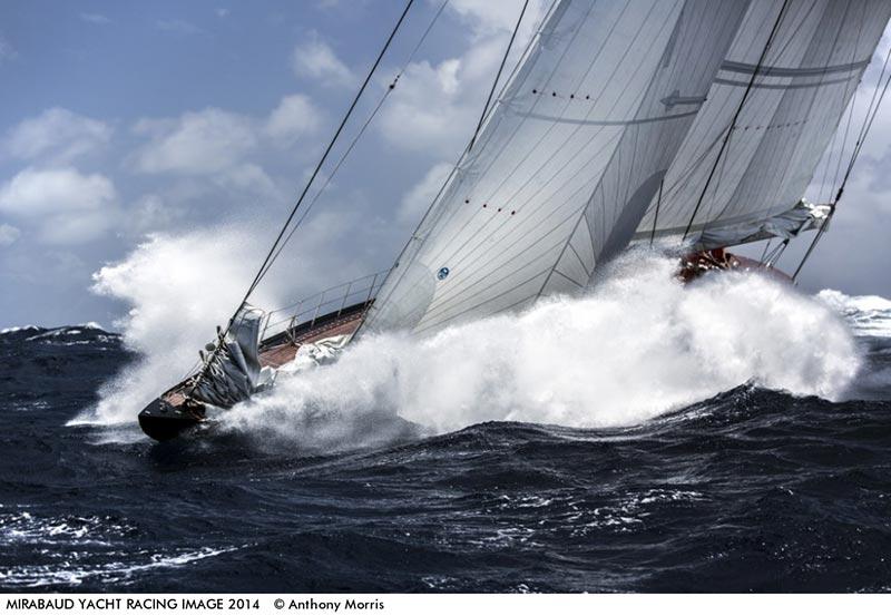 """Fotoet her, """"The Mighty J-Class Rainbow"""", blev taget til det 27. Antigua Classic Yacht Regatta 2014 under ekstreme forhold. 24 knob vind og 3-4 meter høje bølger. Foto: Anthony Morris"""