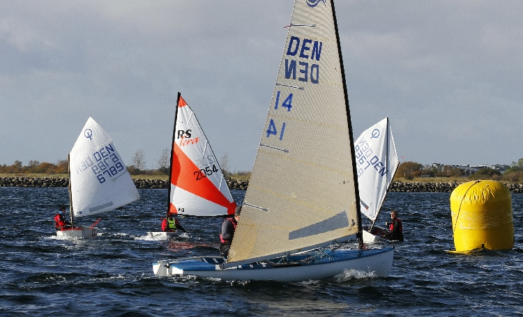 Ifølge Finnjolle-sejler Kenneth Bøggild, bør mange flere kaste sig over vintersejladsen. Foto: Kenneth Bøggildd