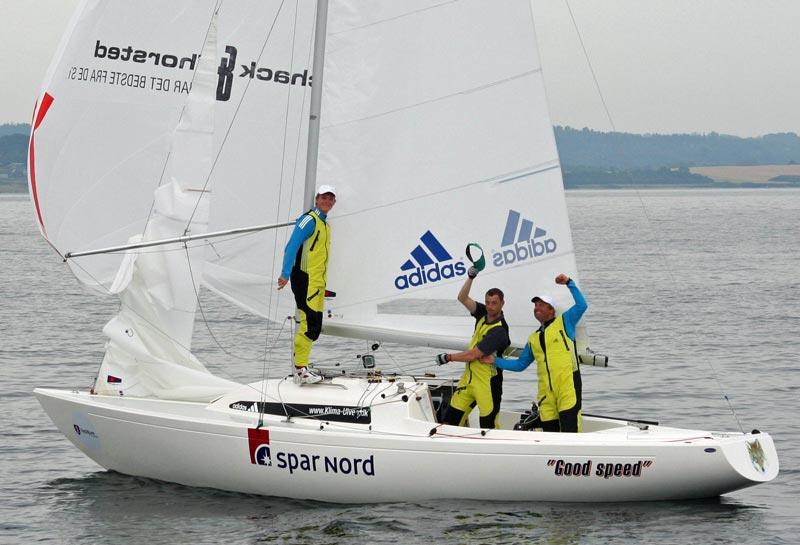 Claus Høj Jensen og besætning danser en lille sejrsdans. Foto: Ricky Hansen