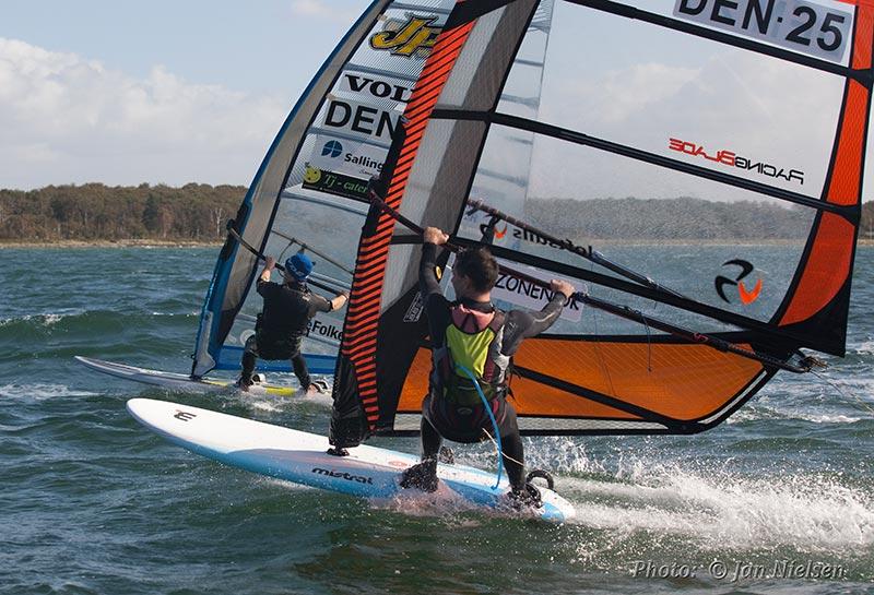 Se windsurferne dyste til NM i tre discipliner i juni. Foto: Jan Nielsen/DBO