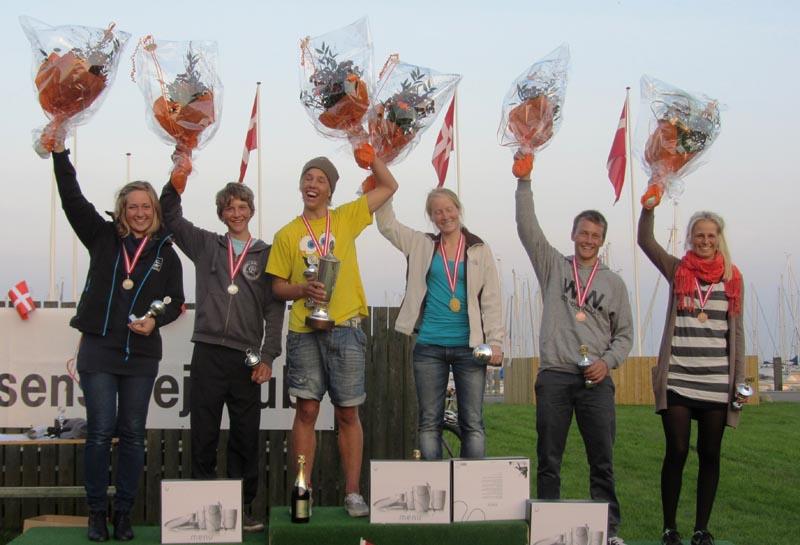 De glade medaljetagere, som vandt medaljer til DM. Fra venstre: Anette Viborg, Horsens og Århus Sejlklub (sølv), Frederik Rask, Skovshoved Sejlklub (sølv), Tobias Hemdorff, Kaløvig (guld), Anna Livbjerg, Kaløvig (guld), Jacob Friis, Kaløvig (bronze) og Trine Bentzen, Skovshoved Sejlklub og Yachtklubben Furesøen (bronze).