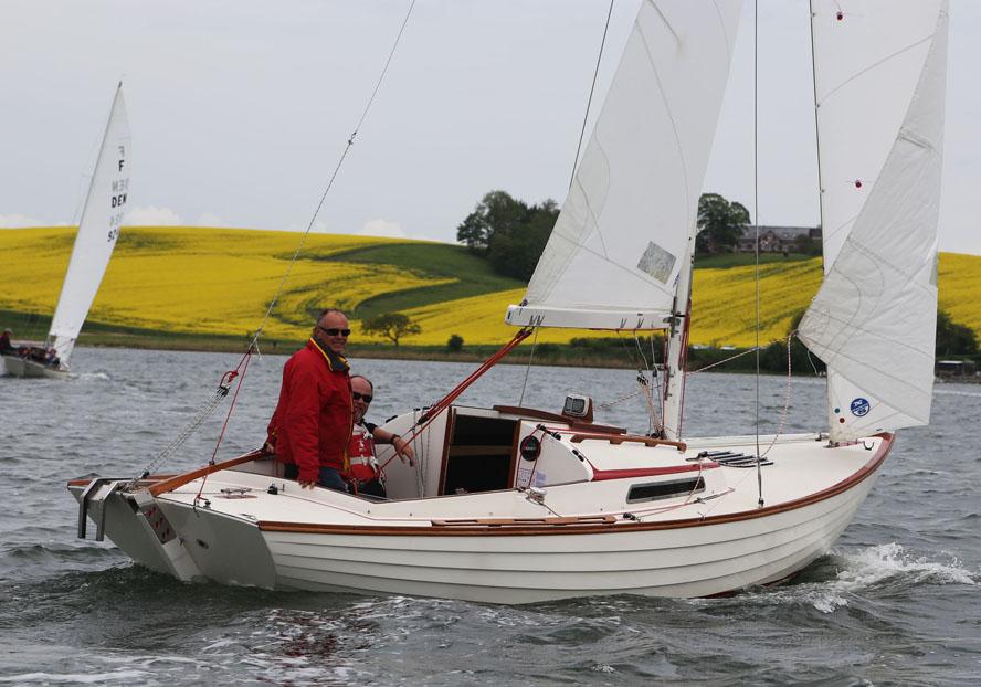 Henrik Kold sejler her med sin lille, Flemming, og Jens Thurøe i Kolding tidligere i år. Foto: Troels Lykke