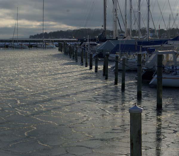 Her ses is i Rungsted for nogle uger siden. I dag kan man gå i flere havne og det er åbenbart ekstra farligt for bådejerne. Foto: Troels Lykke