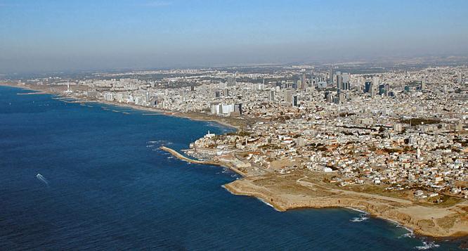 Sejlerne bor på et sportstræningscenter lidt nord for Tel Aviv. Stedet vrimler med idrætsfolk fra forskellige sportsgrene.