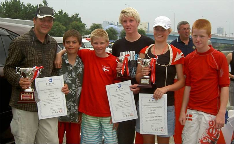 I 2009 har Sailing Denmark støttet unge sejlere fra hele Danmark i ind- og udland. På billedet ses Optimist- og Laser-sejlere i Japan.