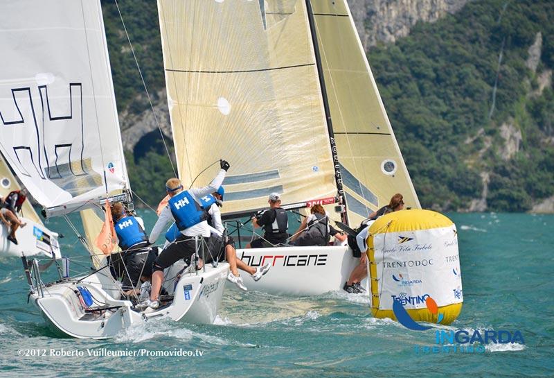 Melges24 i trængsel ved mærket på Gardasøen. Foto Roberto Vuilleumier/promovideo.tv