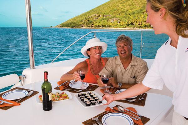 På de 46-65 fods store katamaraner, eller luksuriøse kølbåde, er der skipper og kok om bord