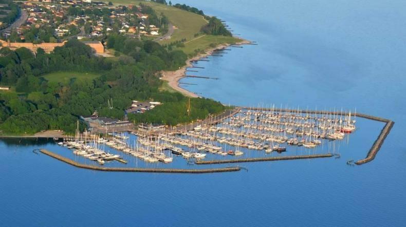 Farvandet ud for Sønderborg gør der nemt at anløbe havnen, og området er velegnet til kapsejlads.