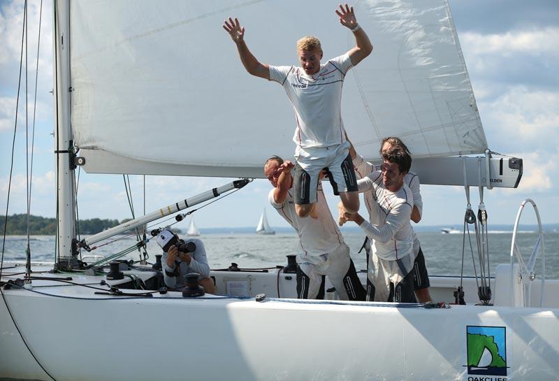 Skipper Nicolai Sehested må en tur i vandet efter at have vundet Oakcliff International og US Grand Slam Serien. Foto: Molly Riley/Oakcliff