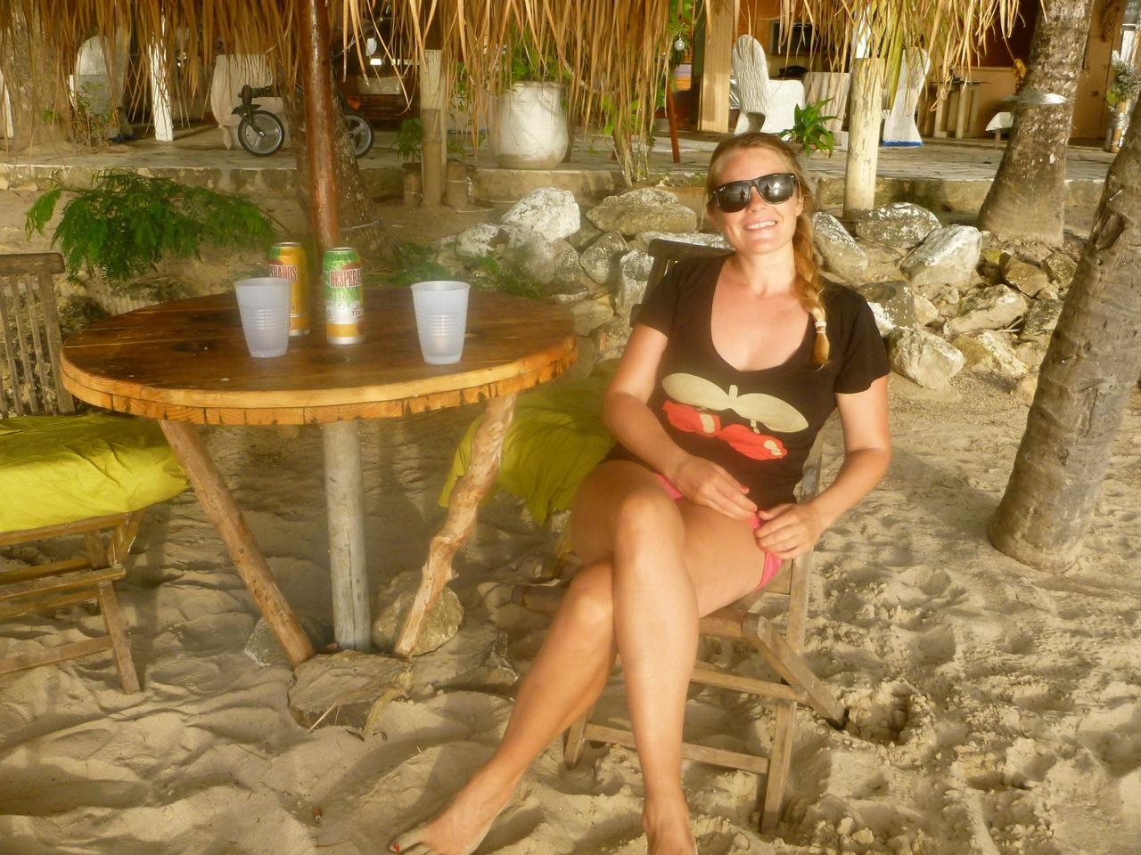 En kold øl på en strandbar ved St. Anne, Martinique.