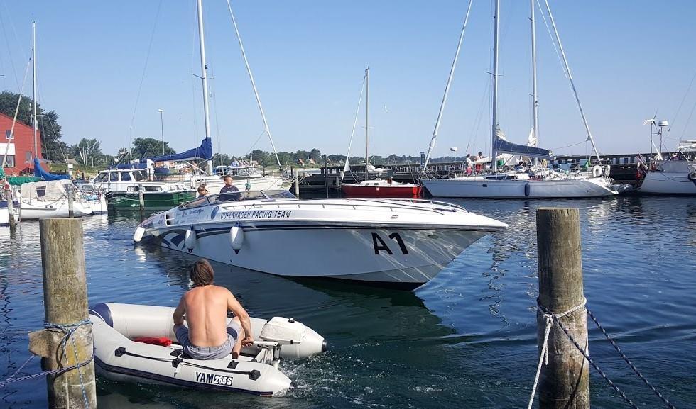 Der er masser af liv på Samsø i år og en hurtig båd med V8-motor vakte en del opsigt. Foto: Troels Lykke