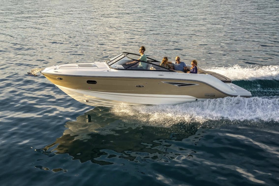 Sea Ray 250 Sun Sport kan leveres med den nye 4,5 liters MerCruiser. Foto: PR-foto