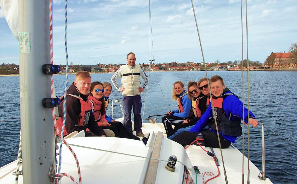 Kursusleder, Peter Lindum, underviser i det daglige unge højskoleelever i sejlads. Her på idrætshøjskolens J/80-båd. Foto: Idrætshøjskolen Sønderborg.
