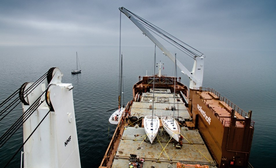 Så små ser de store X-Yachts ud på det stor skib, der sejler til USA. Foto: X-Yachts